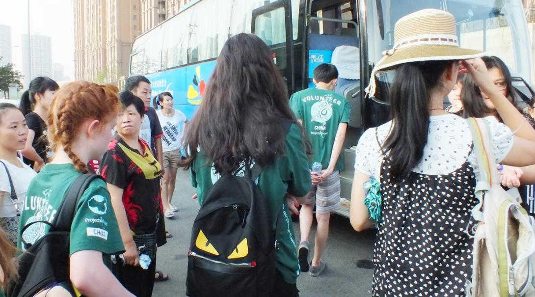 中国の冒険に出かける高校生ボランティアたち